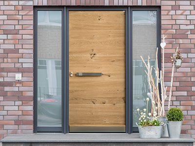Moderne Haustür in anthrazit mit Fensterscheiben